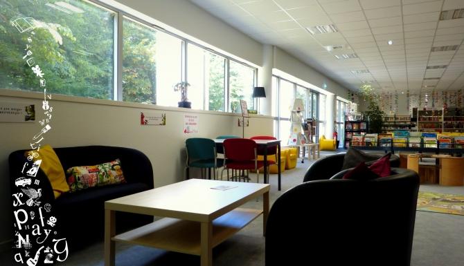 Espace cosy avec des canapés et des fauteuils confortables