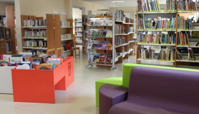 salon de lecture, mobilier violets, rouges et verts