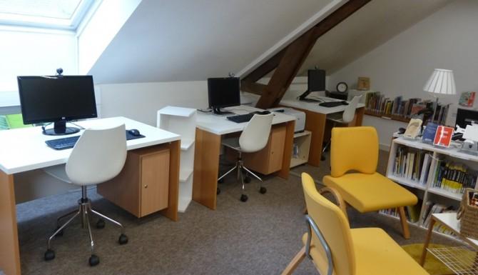 ordinateurs pour le public, des fauteuils blancs et jaunes