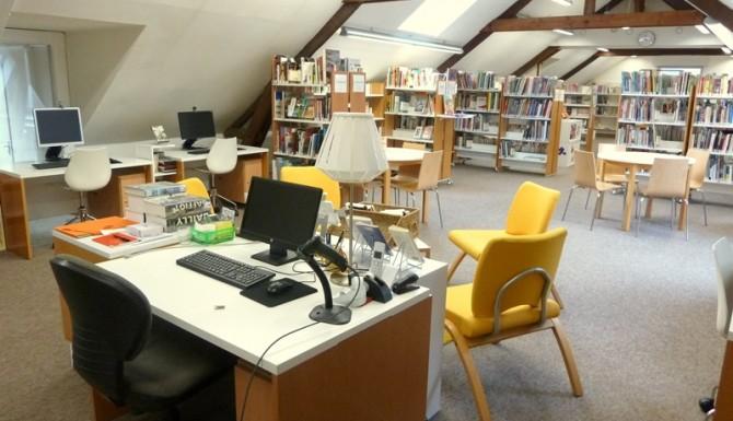 ordinateurs professionnels et pour le public, des fauteuils blancs et jaunes