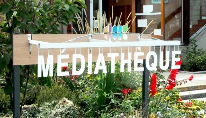"""extérieur du bâtiment. mot """"médiathèque"""" sous forme de sculpture"""