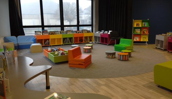 Espaces de la Médiathèque. Mobilier couleur et grandes baies vitrées