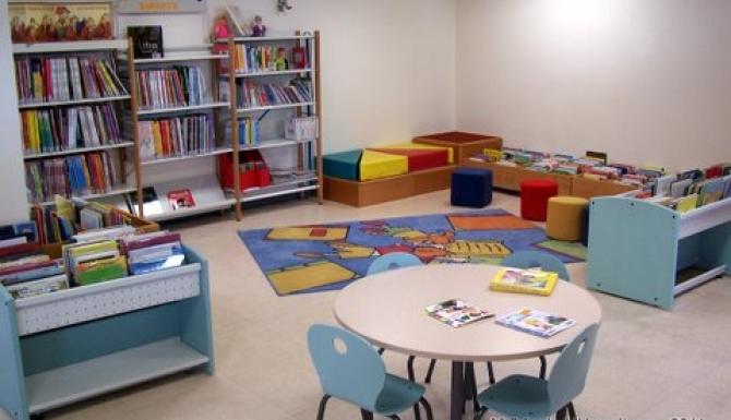 espaces enfants e la bibliothèque. Tapis, tables basses, bacs