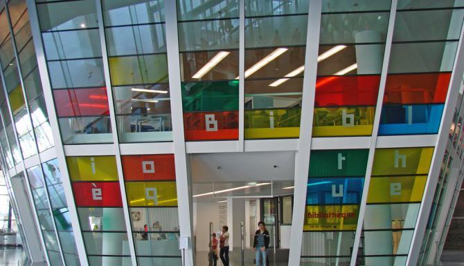 Entrée de la bibliothèque, vitrée en couleurs
