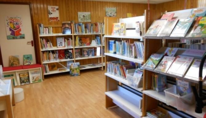 espaces de la bibliothèque. Environnement majoritairement en bois. Rayonnages