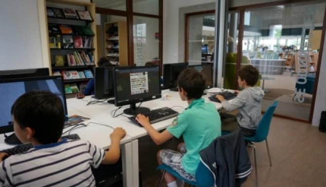 Espace multimédia - des enfants jouent sur les ordinateurs