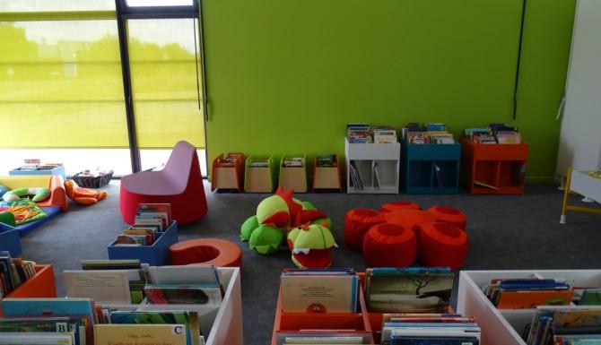 Nouvoitou - espace jeunesse de la bibliothèque. Murs verts pomme, bacs jeunesse au sol