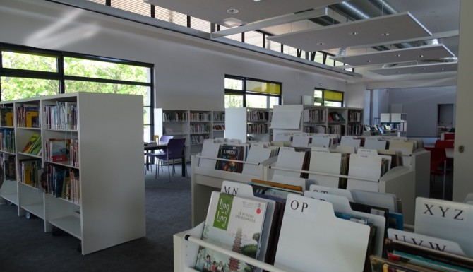 Nouvoitou - les espaces de la médiathèque, avec des mobiliers blancs