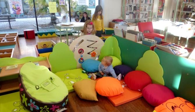 espace des enfants, très coloré. Des coussins de couleurs pour s'asseoir/
