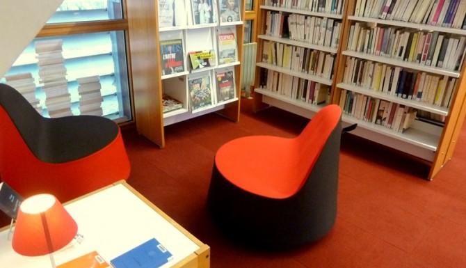 espace dédié à la presse, couleur de moquette et de fauteuils rouges