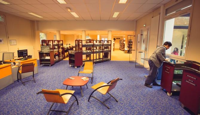 Espace de lecture, salon doté de sièges et de tables basses