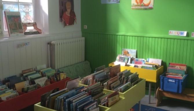 espace enfants avec des bacs verts pomme. Mur de couleur verte