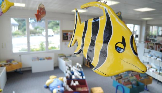 Saint-Erblon - espace jeunesse. Un poisson jaune et noir est accroché au plafond. Très coloré