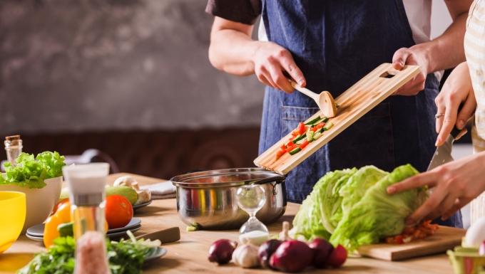 Un homme et une femme préparant une recette.