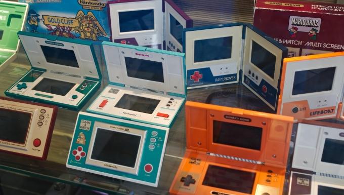 étagère présentant une collection de jeux Game&Watch