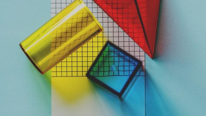 Feuille de calcul avec des formes géométriques en plastique transparent de couleur.