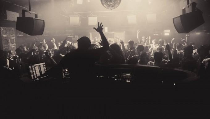 Photo noir et blanc d'une soirée en club.