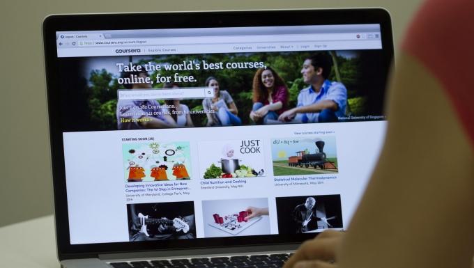 Personne naviguant sur le site web Coursera sur un ordinateur portable