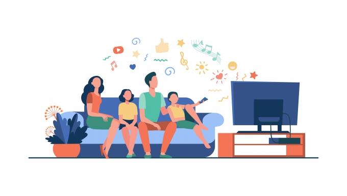Une famille heureuse regardant un dessin animé