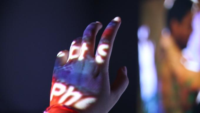 Une main éclairée par une image projetée