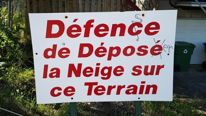 Une pancarte sur un terrain comportant de nombreuses fautes d'orthographes