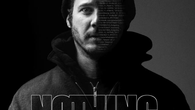 Photo en noir et blanc d'un homme de face, dont la moitié du visage affiche des données numériques