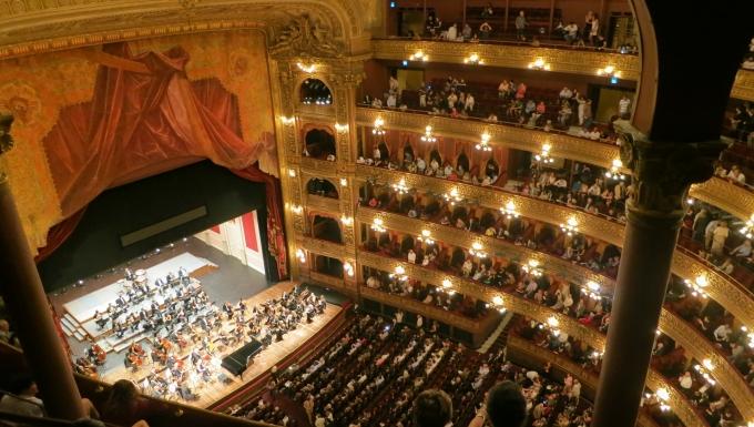 Concert symphonique dans un opéra. Photo prise d'un des balcons.
