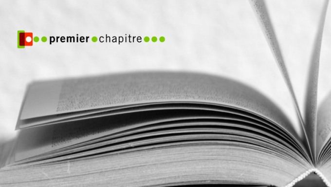 Photo en noir et blanc d'un livre ouvert