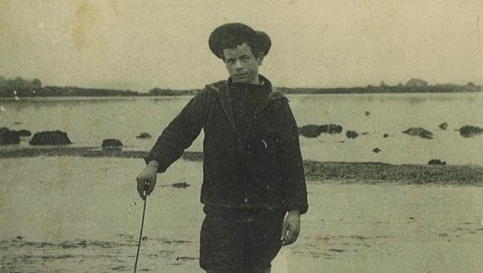 Image d'un jeune  pêcheur à pied. Photographie en noir et blanc