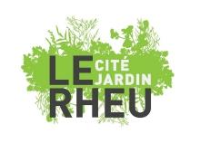 """logo de la ville de le Rheu. En fond en filigrane un motif végétal vert clair. Au-dessus les mots """"LE RHEU"""" et """"Cité-jardin"""""""