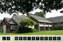 photographie de la bibliothèque et nom de la bibliothèque. Chaque lettre est inscrite en blanc dans un carré noir