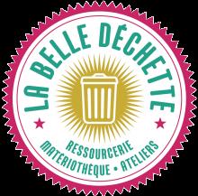 """Logo """"La belle déchette"""". Tampon cerclé de rouge evec au centre un pictogramme en forme de poubelle couleur or. Lettres stylisées vertes intégéres au tampon.."""