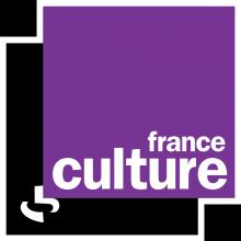 Un carré violet superposé sur un carré noir. Des lettres stylisées blanches sont intégrées aux formes.