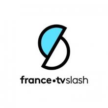 Logo France.tv Slash : deux demi cercles de couleur blanche et bleu ciel.