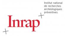 Lettres stylisées rouge entourées de deux repères topographiques (carroyage)