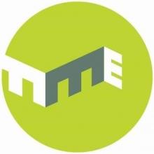 Logo Le Muz. Lettres stylisées blanches et grises sur un cercle vert.