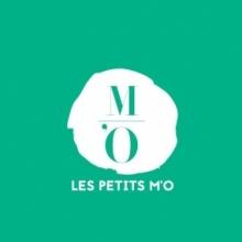 Lettres vertes intégrées dans une forme abstraite blanche.
