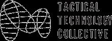 Logo du Tactical Technology Collective. Lettres noires stylisées sur fond blanc. UÀ gauche du texte, une structure abstraite.