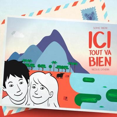 """Un dessin de deux jeunes en """"photos"""" devant une image de montagne et une carte postale."""