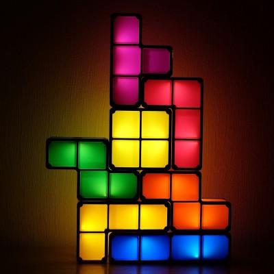 Photo d'une lampe composé de briques de tétris de différentes couleurs