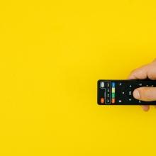 Une main utilisant une télécommande.