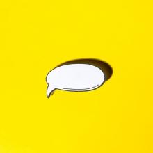 Photo d'une bulle de bande dessinée sur un fond jaune.