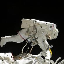 Un astronaute travaillant sur une station spatiale.