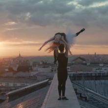 Deux danseurs de ballet sur les toits de l'Oépra Garnier.