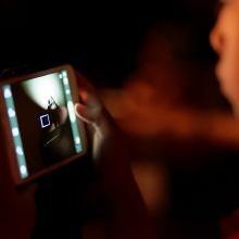 Un enfant regardant un programme sur un smartphone.
