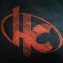 Le logo d'Hero Corp : les lettre H et C en rouge