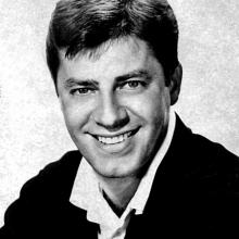 Portrait photographique en noir et blanc de Jerry Lewis dans les années 60.