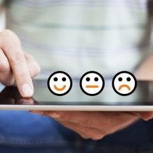Émoticônes disposées sur une tablette tactile.