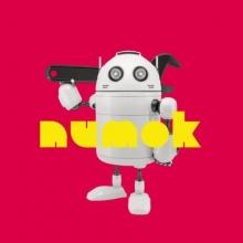 Un robot équipé d'une clé à molette géante.