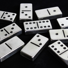 Dominos argentés sur fond noir